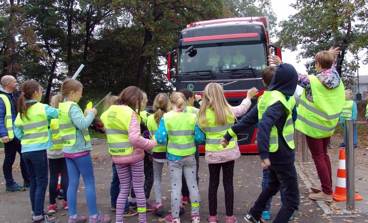 Volvo Trucks nadaljuje s projektom »Ustavi. Poglej. Pojdi.«