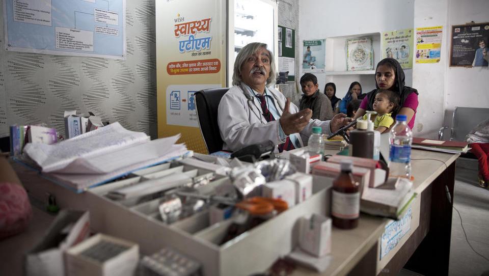 Se lahko naše eZdravje kaj nauči od Indije, kjer upokojeni zdravniki s tabličnimi računalniki zbirajo podatke o populaciji?