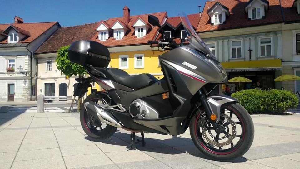 V skuterja zakrinkani motocikel z velikimi pljuči