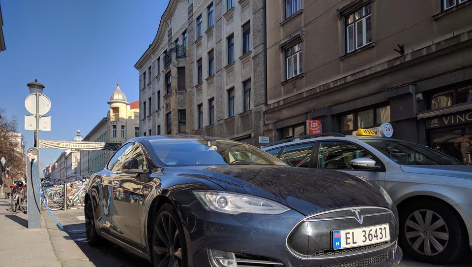 Elektro Ljubljana: hitra rast števila polnjenj električnih avtov
