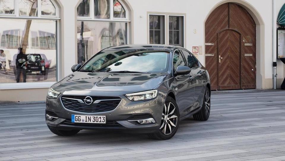 Opel, ki se vozi vštric ali celo pred passatom