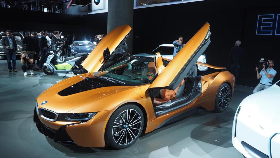Več električne moči in pomična streha za hibridni superšportnik BMW i8