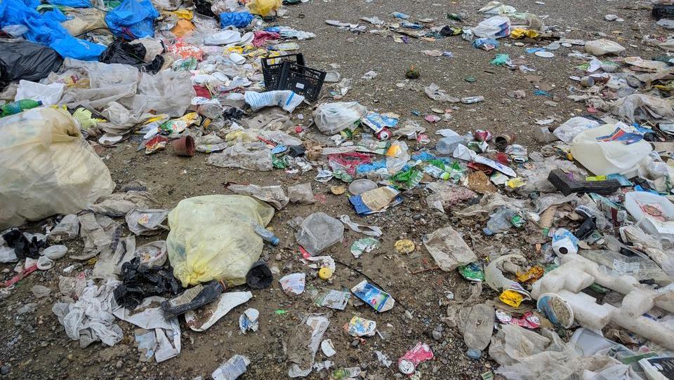 Provokativna študija: Ne recikliranje, sežiganje odpadkov rešuje oceane