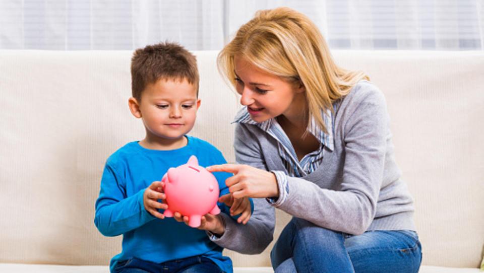 Kaj moramo starši o denarju naučiti svoje otroke, preden gredo od doma