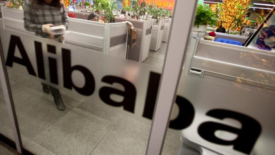 Trgovina se seli s klasičnih polic na internet, Alibaba pa investira...