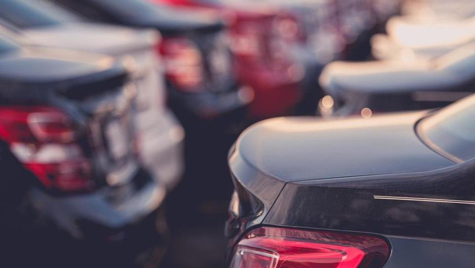 Prodaja novih avtomobilov v EU upadla tretji mesec zapored
