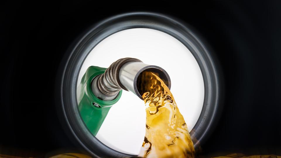 Za koliko se podražita bencin in dizel, če nafta poskoči na 100 dolarjev