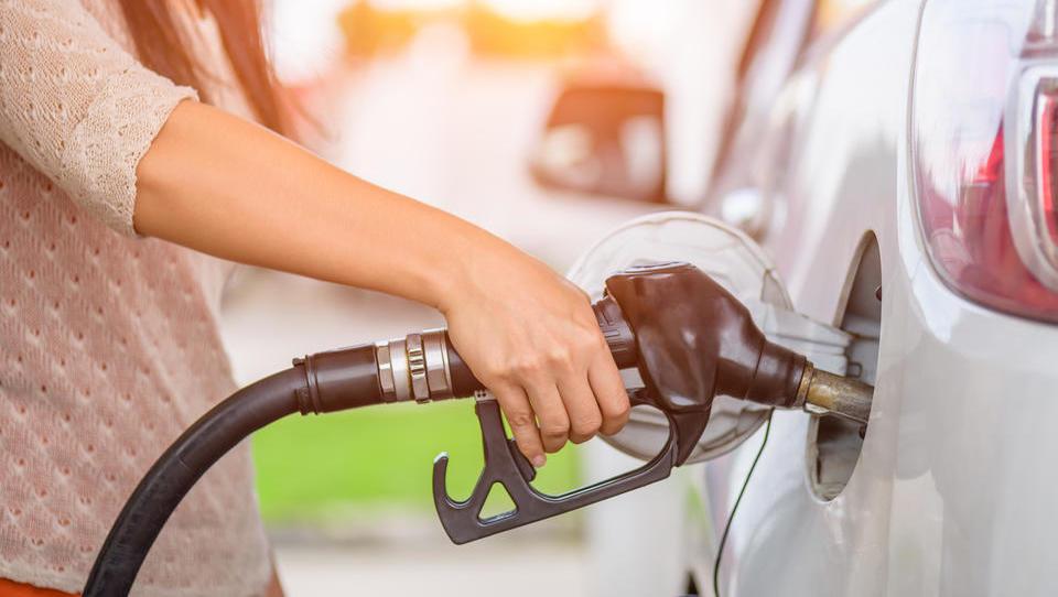 Zakaj je dizel naenkrat dražji od bencina?