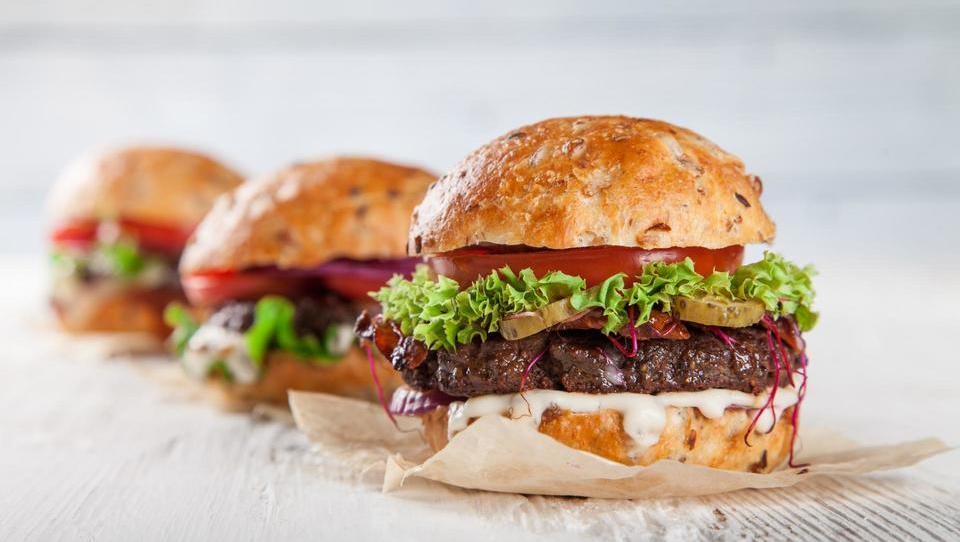 Se splača ugrizniti v burgerbiznis?