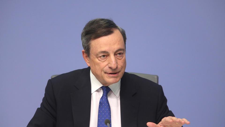 (graf) ECB vztraja pri spodbujevalnih ukrepih, a je izboljšala gospodarske napovedi