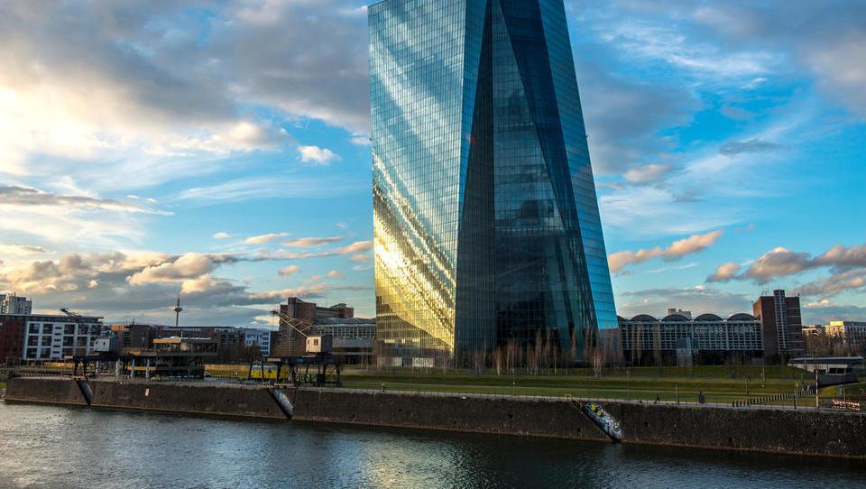 Šef ECB bo v četrtek pojasnil, kaj lahko pričakujemo pri obrestih