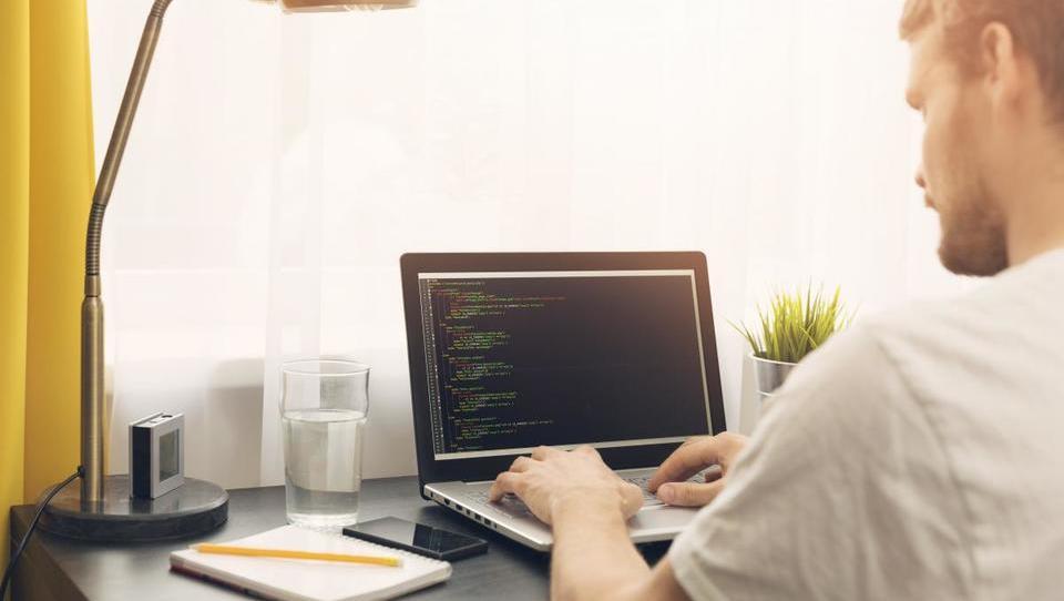 Programiranje se splača. Kako se ga naučiti doma?