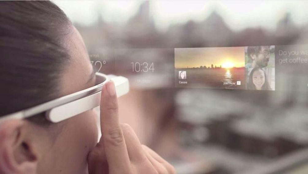 Google iz naftalina potegnil pametna očala glass – zdaj nagovarja...