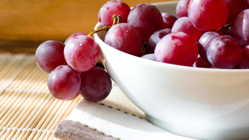 Vinske trte sekamo, namizno grozdje uvažamo