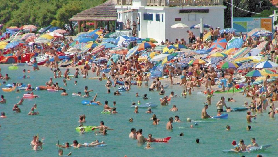 Hitri pregled tedna: NLB mora še vložiti v Črno goro, Srbi z odvetniki nad tuje neplačnike parkirnin, »podatki o hrvaškem turizmu so napumpani«
