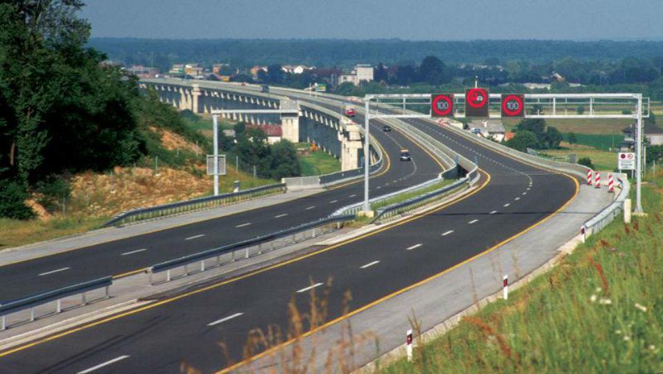 Hitri pregled tedna: Hrvati dražijo cestnine, Italijani opazujejo Berlusconijevo vrnitev in kakšni so veliki načrti prve srbske premierke