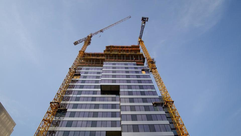 Gradbinci žerjave v glavnem najemajo, prihodnje leto pa se obeta tudi več nakupov