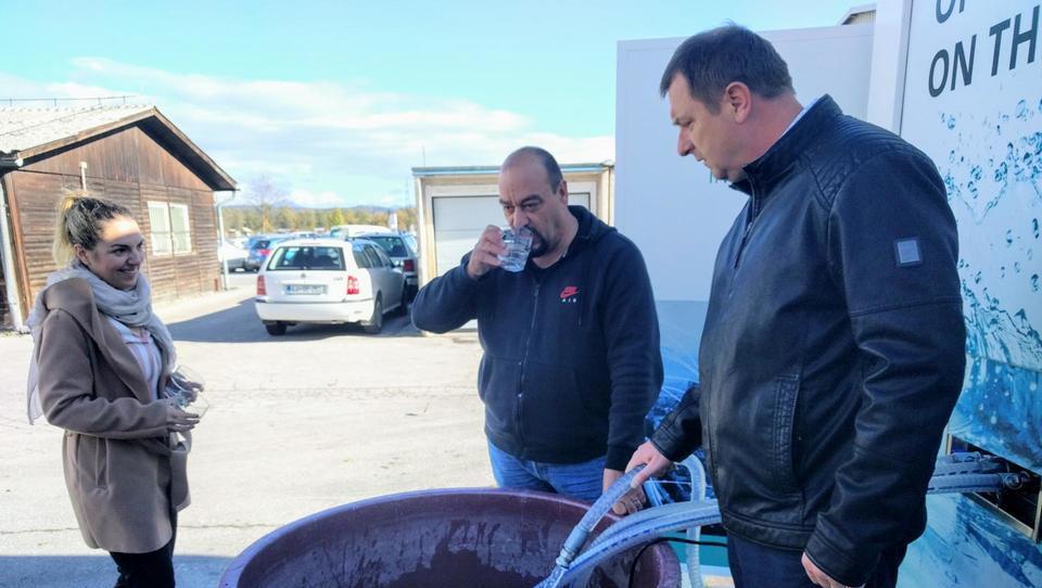 Iskrina naprava, ki brez kemikalij močno onesnaženo vodo naredi pitno