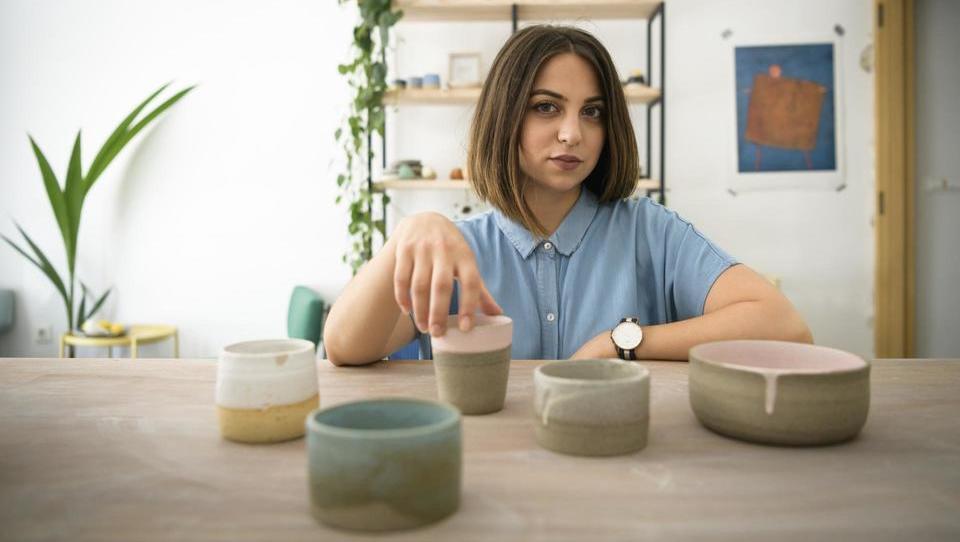 Oblikovalka keramike, ki prek spleta osvaja svet