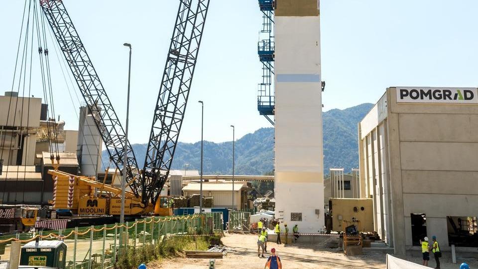 V Škofji Loki postavili 52-metrski stolp kisikarne