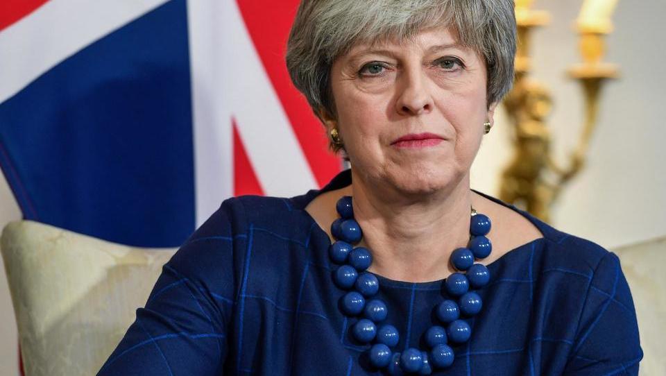 Mayeva si je premislila – glasovanje o dogovoru za brexit je odloženo