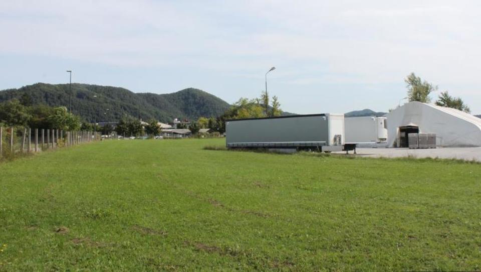 (Nepremičnina tedna) Zemljišče za poslovno dejavnost v Mostah pri...