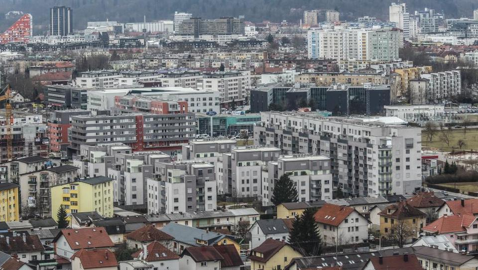 Razkrivamo, kako se kupci na dražbah tepejo za stanovanja v Ljubljani