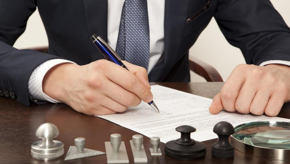 Notarji različno overjajo podpise na kupoprodajnih pogodbah za...