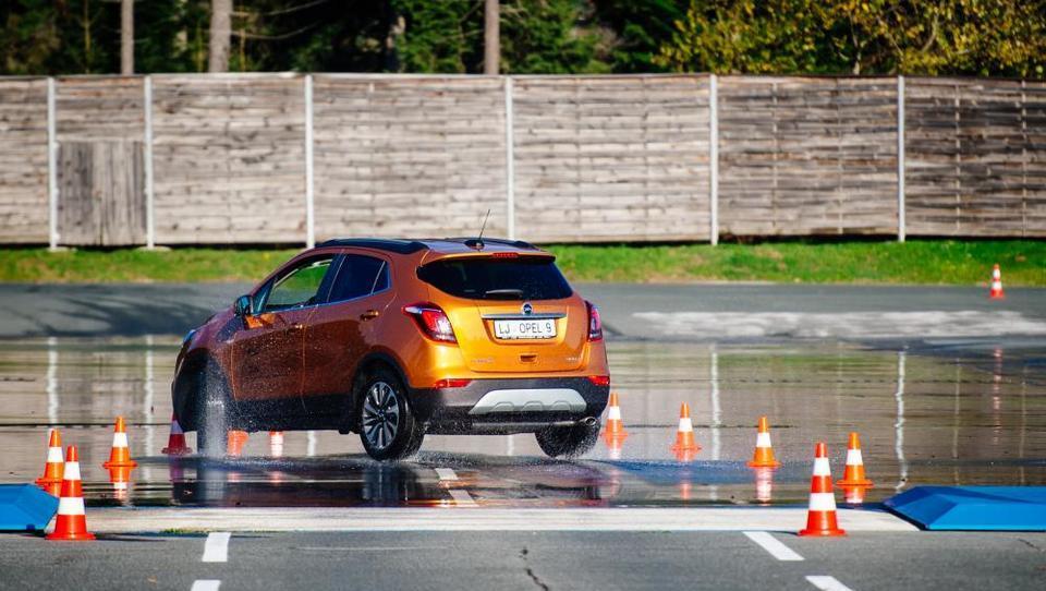 (video) Poučna lekcija vozniški samozavesti