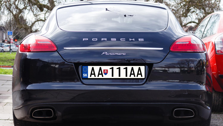 Zakaj Slovenci svoja luksuzna vozila registrirajo na Slovaškem?
