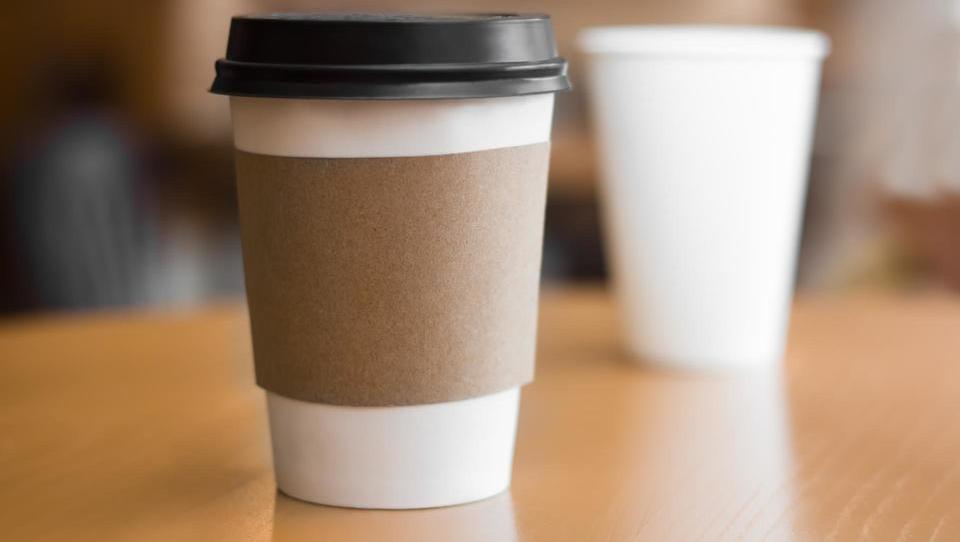 Papirnati kozarci – od skodelice za zdravje do sodobnega trendovskega izdelka