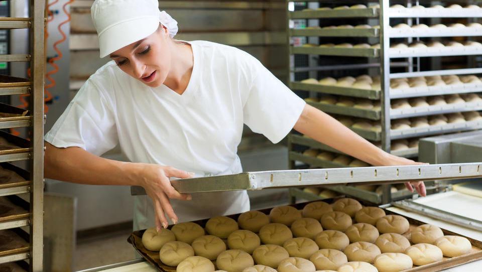 Surs: Za hlebec kruha smo v letu 1991 delali 27 minut, lani tretjino manj