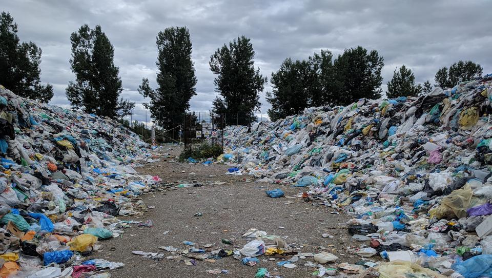 Razpadajoča plastika sprošča toplogredne pline