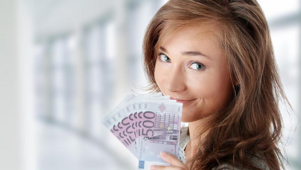Finančniki po plačah prehiteli energetike