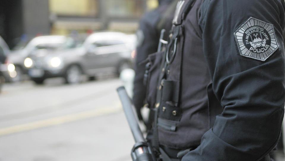 Po preiskavah ukradenih posojil v banki: policija je zasegla gotovino in vozila