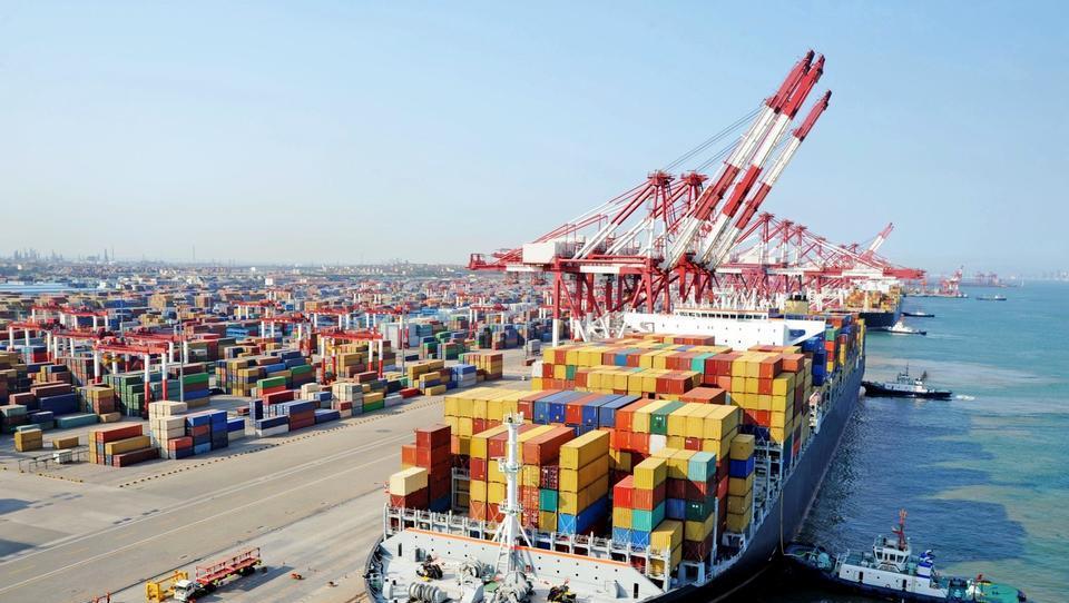 Kitajska rast se ohlaja, trgovinske skrbi se kopičijo