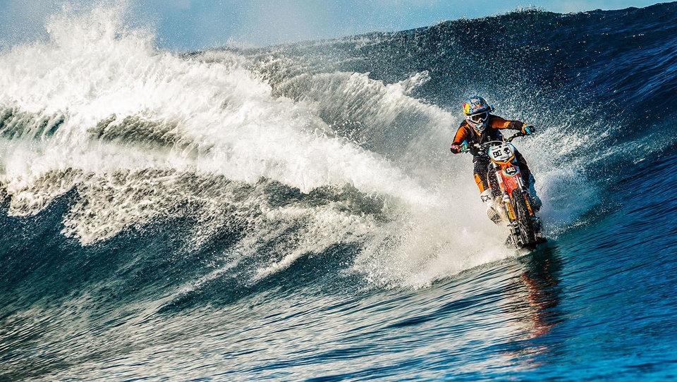(video) Noro - z motociklom med valove