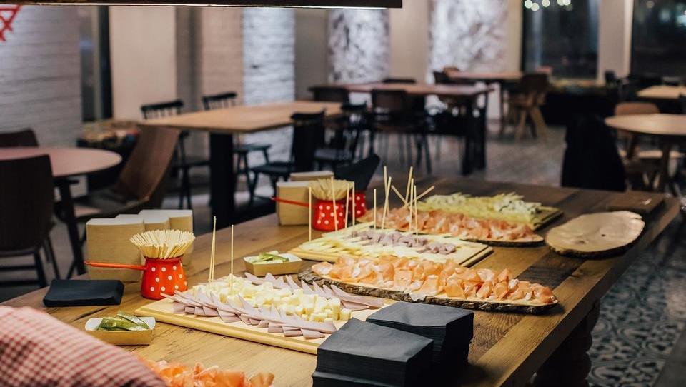 Hipsterska restavracija z jetrci in praženim krompirjem