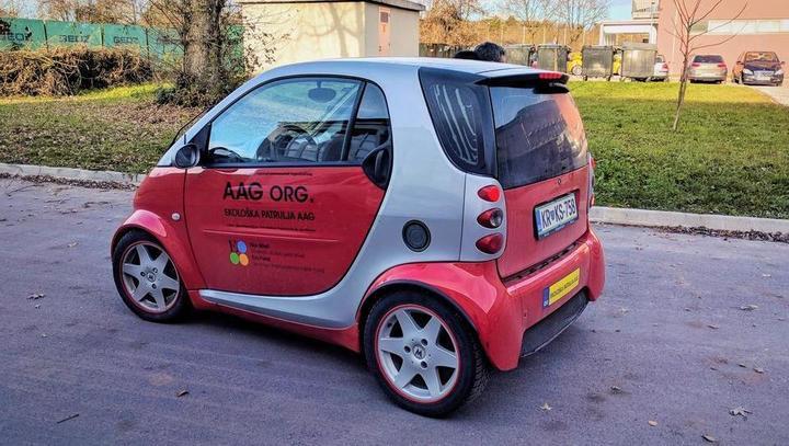 To je električni avto, ki so ga naredili dijaki