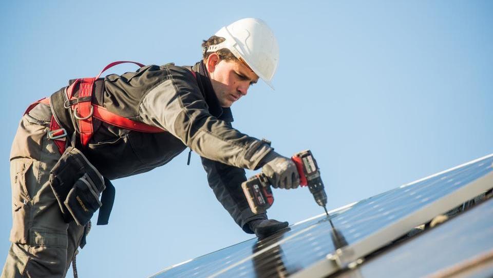 Slovenija bo postavila fotovoltaiko v Ukrajini, balirno linijo v Senegalu…
