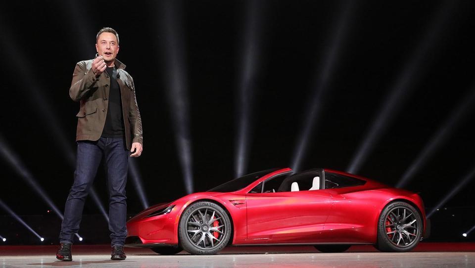 Musk si je hitro premislil – Tesle ne bo umaknil z borze
