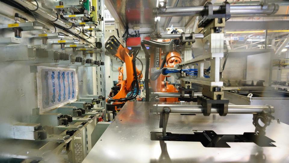 Slovenija med državami z največjim deležem robotov v...