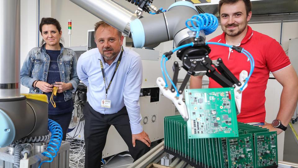 Robotski dvojec kamniške Zarje Elektronike sam poskrbi za izdelavo celotnega tiskanega vezja