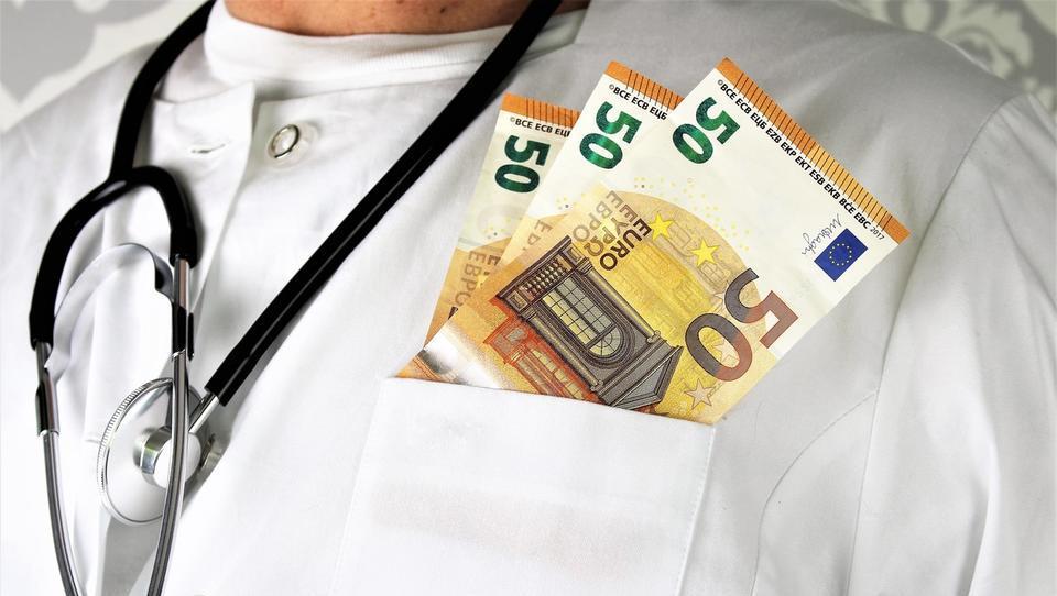 Skoraj tisoč zdravnikov je napredovalo v najvišji plačni razred