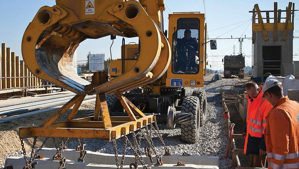 Za ceste in železnice od 213 do dobrih 280 milijonov evrov na leto