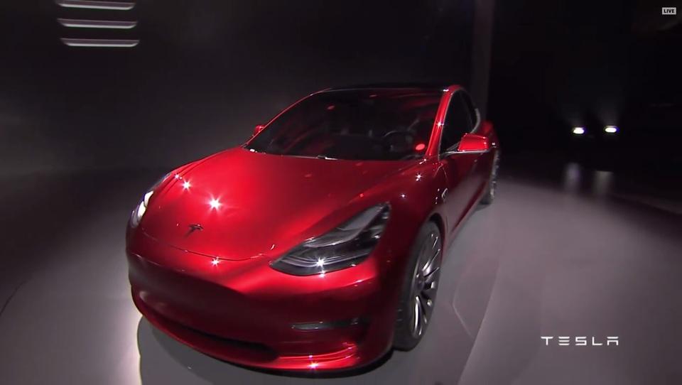 Model 3: V 24 urah prejeli več kot 115 tisoč naročil