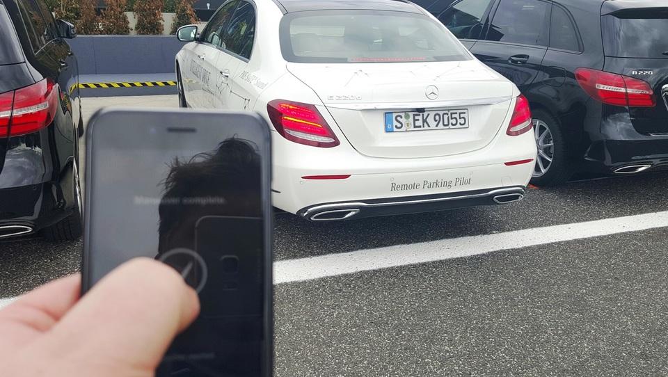 (video) Kako smo s telefonom parkirali mercedes-benz razreda E